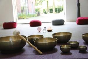 meditatie kussentjes en klankschalen in de studio van Hoi